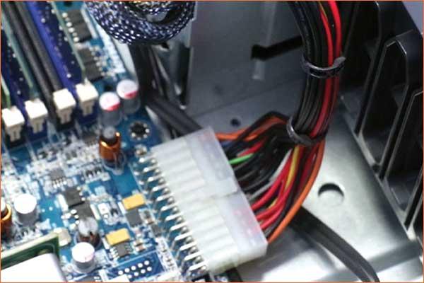 Attache-câbles BELTO dans un ordinateur