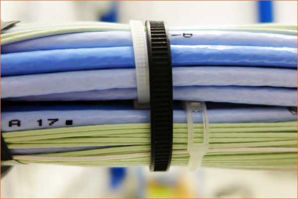 The BELTO® cable tie holds large cable harnesses.